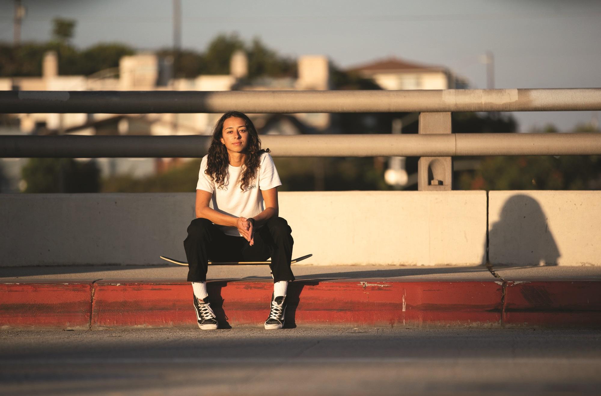 Lizzie Armanto istuu skeittilautansa päällä
